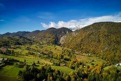 Vogelperspektive der Karpatengebirgslandschaft am Herbstmorgen Lizenzfreie Stockbilder