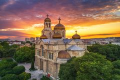 Vogelperspektive der Kathedrale der Annahme in Varna, Bulgarien Sonnenuntergang lizenzfreie stockfotos