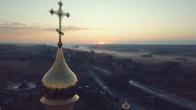 Vogelperspektive der Kirche bei Sonnenaufgang 4k UHD stock video footage