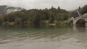 Vogelperspektive der Kirche und der Brücke nahe dem Bohinj See stock footage