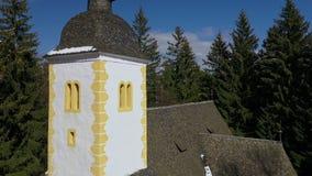 Vogelperspektive der Kirche vom Kirchturm zum einen Tiefstand zu erreichen stock video