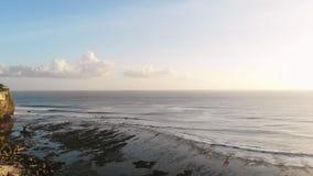 Vogelperspektive der Klippe und des Ozeans in der Tropeninsel stock video footage