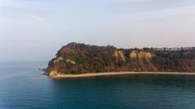 Vogelperspektive der Klippenküstenlinie Stockfotografie