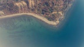 Vogelperspektive der Klippenküstenlinie Stockfotos