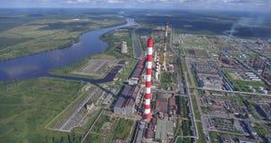 Vogelperspektive der Kraftwerkanlage auf Fluss stock video footage