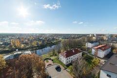 Vogelperspektive der ländlichen Stadt in Lettland valmiera stockbild