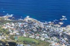 Vogelperspektive der Lager-Bucht - Cape Town-Küstenlinie Stockfotos