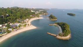 Vogelperspektive der Lagune mit blauem, azurblauem Wasser mitten in kleinen Inseln und Felsen schuß Strand, Tropeninsel, Meer stock video