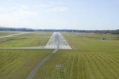Vogelperspektive der Landebahn für Sanford Maine-Flughafen Stockbild