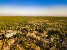 Vogelperspektive der Landschaft mit einem Landhaus gelegen in einem f lizenzfreies stockbild