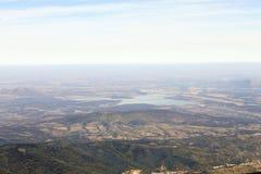 Vogelperspektive der Landschaft mit See/Verdammung lizenzfreie stockfotos