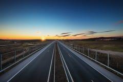 Vogelperspektive der Landstraße und des Sonnenuntergangs Reise um die Welt stockfoto