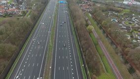Vogelperspektive A16 der Landstraße, Zwijndrecht, die Niederlande stock video