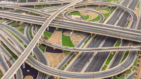 Vogelperspektive der Landstraßenkreuzung mit Verkehr timelapse in Dubai, UAE, bei Sonnenuntergang Berühmte Sheikh Zayed-Straße in stock video