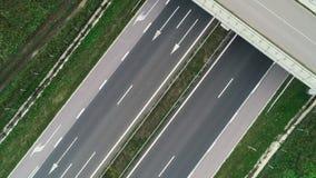 Vogelperspektive der Landstraßenstraße und der fahren Autos, drastischer Himmel in der Landschaft stock video