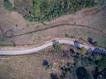 Vogelperspektive der leeren Straße und des Ackerlandes Stockbild