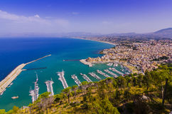 Vogelperspektive der Liegeplätze des Jachthafens von castellamare lizenzfreie stockfotos