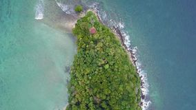 Vogelperspektive der Manukan-Inselklippe zu umranden stock footage