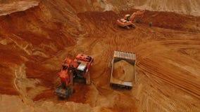 Vogelperspektive der Minenmaschiene arbeitend am Sandsteinbruch Bergwerksausrüstung stock video footage