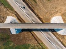 Vogelperspektive der modernen neuen Landstraßenstraße mit Transportkreuzung für Verkehr, Brummen geschossen stockfoto