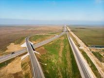 Vogelperspektive der modernen neuen Landstra?enstra?e mit Transportkreuzung f?r Verkehr, Brummen geschossen lizenzfreies stockfoto