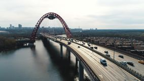 Vogelperspektive der modernen Schrägseilbrücke durch den Moskau-Fluss mit beweglichen Autos gegen bewölkten Himmel szene moskau stock video footage