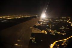 Vogelperspektive der Nachtstadtlandschaft Erde angesehen vom Flugzeug lizenzfreie stockbilder