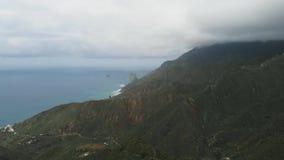 Vogelperspektive der Nordküste von Teneriffa-Insel, Kanarische Inseln, Spanien Atlantik und Berge stock video footage
