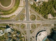 Vogelperspektive der obenliegenden Straße voll der Autos an der modernen europäischen Stadt, Kyiv, Ukraine lizenzfreies stockfoto