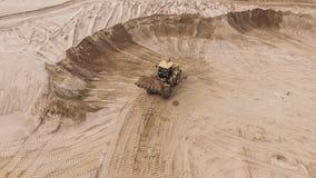 Vogelperspektive der Planierraupe auf Sandsteinbruch Lizenzfreie Stockbilder