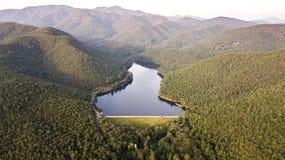 Vogelperspektive der Reservoirspitze im Talhintergrund, Thailand lizenzfreie stockfotos