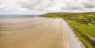 Vogelperspektive der roten Kai-Bucht auf der Insel von Anglesey, Nord-Wales, Vereinigtes Königreich stockbilder