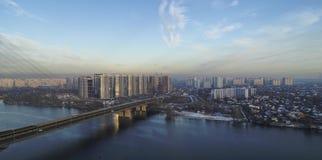Vogelperspektive der südlichen Brücke Vogelperspektive der Süd-U-Bahnkabelbrücke Kiew, Ukraine Hyperlapse stock video footage