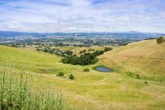 Vogelperspektive der Südtalstadt, wie vom Coyote See Harvey Bear Ranch County Park, Süden San Francisco Bay, Kalifornien gesehen lizenzfreie stockfotos