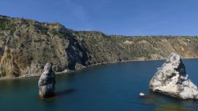 Vogelperspektive der Salzsee-Wasserverdampfung staut mit rosa Planktonfarbe stock footage