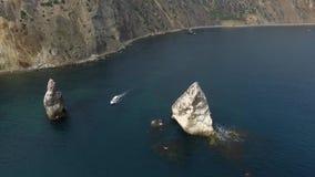 Vogelperspektive der Salzsee-Wasserverdampfung staut mit rosa Planktonfarbe stock video