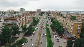 Vogelperspektive der Samarastadt, der Autos und der Trams, die über Straße, Apartmenthäuser am Sommertag sich bewegen stock footage