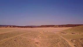 Vogelperspektive der Sanddünen und des Berges stock footage