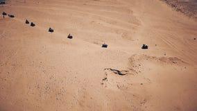 Vogelperspektive der Sanddünen und des Berges stock video