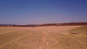Vogelperspektive der Sanddünen und des Berges stock video footage