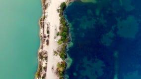 Vogelperspektive der sandigen Seeborte stock video footage