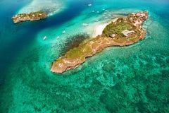 Vogelperspektive der schönen Bucht in den Tropeninseln Weißer Strand Stockbild