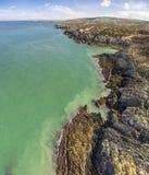 Vogelperspektive der schönen Küste bei Amlwch, Wales - Vereinigtes Königreich Stockbild