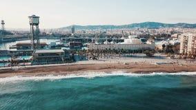 Vogelperspektive der schönen Küstenstadt, der Küste und klaren des TürkisMeerwassers gegen blauen Himmel und Berge auf stock video