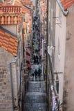 Vogelperspektive der schmalen Gasse in Dubrovnik mit Touristen, Kroatien lizenzfreies stockfoto