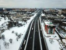 Vogelperspektive der schneebedeckten Straße des Winters in Moskau Stockbild