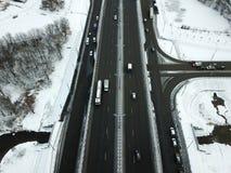Vogelperspektive der schneebedeckten Straße des Winters in Moskau Stockfotos
