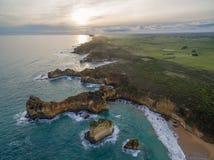 Vogelperspektive der schroffen Küstenlinie nahe Childers-Bucht, Australien Stockfoto