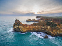Vogelperspektive der schroffen Küstenlinie nahe Childers-Bucht, Australien Stockbilder