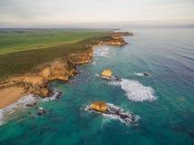 Vogelperspektive der schroffen Küstenlinie nahe Childers-Bucht, Australien Stockbild